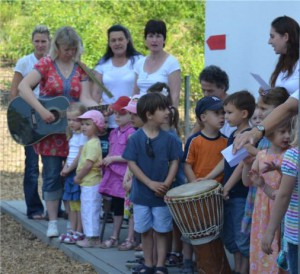 Kinder der Pusteblume in Auringen singen zur 20jahr Feier